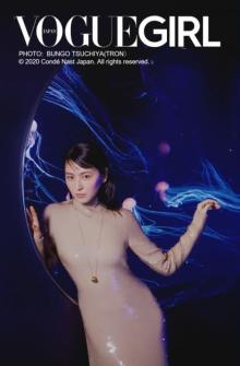 長澤まさみ、水族館で神秘的な光と融合 バックシャン・ドレスで美ボディ魅せる