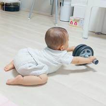『また腹筋ローラー取られたわ』父に対抗心燃やす赤ちゃんに反響「ムチムチがムキムキに…」
