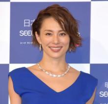 米倉涼子、太ももあらわな大胆美脚ショット「生脚、最高ですね」「素敵すぎる」