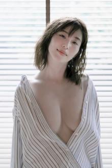フリーアナウンサー塩地美澄、最高露出写真集からイチオシカット公開