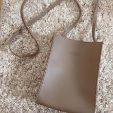 この高見えバッグが300円なんて即決に決まってる…。スリコから新登場のスクエアバッグが大注目されてます◎