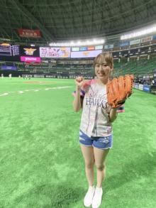 HKT48坂口理子、ホークス戦で初始球式 美脚全開のショーパン姿でマウンドに