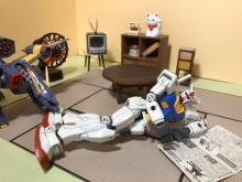 """「茶の間で新聞」って親父かよっ…モデラー描くガンダムの""""人間らしい""""生活「カッコイイだけがガンプラじゃない」"""