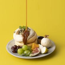 """看板メニュー""""奇跡のパンケーキ""""に旬のフルーツがどっさり。『おいしい秋』はフリッパーズで満喫しましょ♩"""