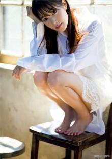 鷲見玲奈、白シャツから輝く美脚を大胆披露 『ヤンマガ』初表紙で破壊力抜群の艶っぽさ