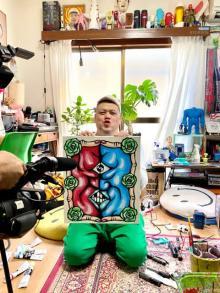 くっきー!『お笑いの日』公式Tシャツをデザイン「赤が松本さん、青は浜田さん」