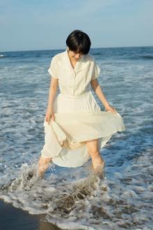 松本穂香、白ワンピ姿は「レアな一枚になるかもしれません(笑)」グラビアで夏休み満喫