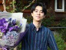 成田凌、石原さとみから花束 『アンサング・シンデレラ』クランクアップで感謝伝える
