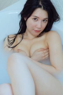 元AKB48鈴木まりや、20代最後の年に初写真集 手ブラなどセクシーショットも挑戦