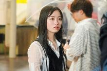 橋本環奈、大雨の中で演じた繊細な表情 映画『小説の神様』場面写真解禁