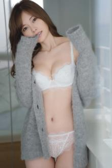 白石麻衣、まぶしすぎる圧巻の純白ランジェリー披露【卒業記念本の先行公開カット】