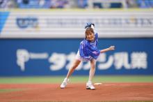 大原櫻子、ツーバン投球は「70点」 特製ユニフォームから美脚も披露