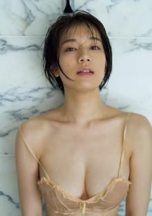 """""""グラビア界の至宝""""佐藤美希、しっとり濡れ肌&大ボリュームのバストライン大胆披露"""
