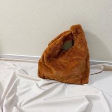 ダイソーから高見えする「ボアトートバッグ」が登場♡これがたったの300円で買えちゃうなんて驚きですっ