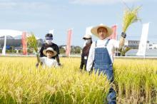 海老蔵、親子で稲刈り初挑戦 勸玄くんノリノリ「とれましたー!」