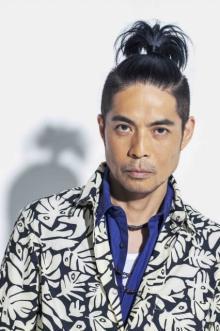 久保田利伸、34年分の全曲サブスク解禁 山寺宏一が名曲を歌うスポット公開