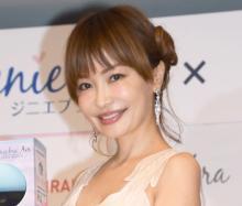 平子理沙、ピンクヘアに大胆イメチェン「お人形さんだ」「とても、49歳には見えません」