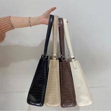 Latticeの「クロコバッグ」が有能すぎて秋冬コーデに大活躍♡長財布が入るサイズ感も嬉しいポイントなんです◎