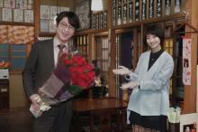 『#リモラブ』及川光博の51歳誕生日、波瑠が祝福 バラの花束渡され「これからも頑張ります!」