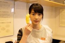 のん、天ぷら持ってカメラ目線 お茶目な一面見せるメイキング写真解禁