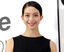 松島花、絶対領域チラリなミニスカコーデ披露「珍しいミニ」「足の長さ、美しさにうっとり」