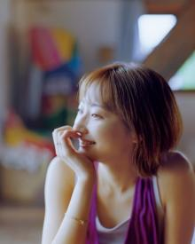 武田玲奈、大自然で魅せたナチュラルな美しさ 3ヶ月ぶり『マガジン』表紙に