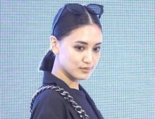 藤井夏恋、太ももあらわな足組みショット「セレブ感、女王感最高です」 髪バッサリでイメチェンも