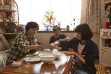 北村匠海&小松菜奈、餃子包みで対決? 映画『さくら』場面写真解禁