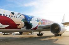 『ファンタジア』80周年記念特別塗装機が就航 魔法使いの弟子の姿をしたミッキーをデザイン