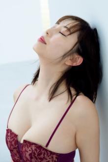 塩地美澄、「癒し系ボディ」トレカ発売 安らぎボディを詰め合わせ