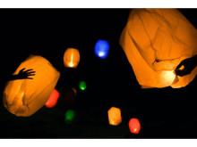 色とりどりのLEDランタンを夜空へ!「里山スカイランタンナイト」を開催