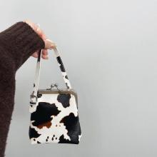 モ〜このかわいさがたまんない。トレンドが詰まった「牛さん柄バッグ」でアニマル柄デビューしてみよ