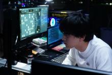 吉沢亮VS若葉竜也 映画『AWAKE』一心不乱にコンピューターと向き合う本編映像解禁