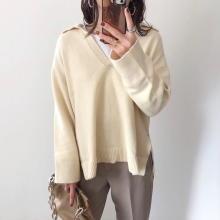 Vネック×襟デザインは着るだけでおしゃれ上級者に。H&Mのひと癖あるセーターが今いちばん気になる…!