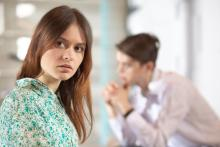 無意識にやりがち…お泊りデートで男性が「幻滅する言動」とは?