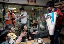 """松坂桃李、""""あやや""""のポスター手に持ちニッコリ 『あの頃。』場面写真解禁"""