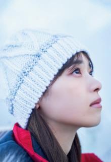 西野七瀬、大自然で見せた透明感とナチュラル笑顔 『マガジン』表紙を北海道で撮り下ろし