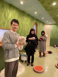 菅野美穂&浜辺美波、グルメ旅でハプニング続出 ミニブタカフェにハマりすぎ注意