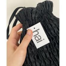 最高級のシルクで作られた「Hai」のミニバッグにキュン。上品さとポップさを掛け合わせたデザインの虜です