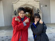 浜辺美波&岡田健史がきゅんですポーズ ちょい下手な姿にファン悶絶「指パッチンになってるのかわいい」