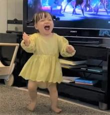 TWICEが大好きな1才児の全力ダンスに120万再生「反則級の可愛さ」