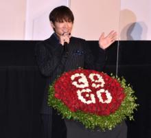 綾野剛、誕生日サプライズに照れ笑い 舘ひろし祝福「39歳? やりたい放題だね」
