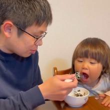 """イヤイヤ期の2才娘に愉快に対応する父""""海苔ご飯おじさん""""に170万再生「楽しまなきゃやってらんない」"""