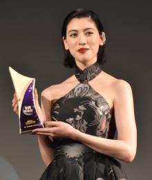 """三吉彩花""""話題女優賞""""受賞に「光栄」 中国で高い人気"""