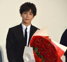 """岩田剛典、サプライズプレゼント""""108本のバラ""""に照れ笑い「人生初ですね」"""