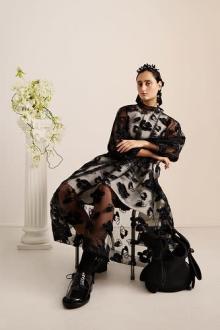 とっておきの日に着ていきたい。H&M×シモーン・ロシャのコレクションはロマンチックな春ムード満点です
