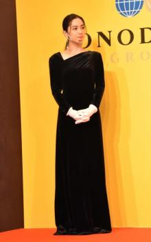 中村アン、黒ドレス姿を披露 授賞式に華を添える