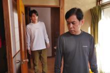 """岡村隆史×JO1豆原一成の場面写真 """"弟子を見守る師匠""""の舞台裏エピソードも"""