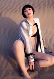 日南響子、6年ぶりグラビア 大胆かつ美しく、艶やかに誌面を彩る
