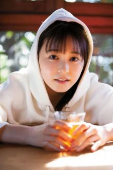 久間田琳加『サンデー』でコミック誌初表紙 制服&白パーカでナチュラルな美しさ